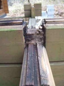 ログ材を組んだ手摺?の柱