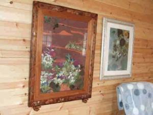 壁に飾られた奥様の押し花作品