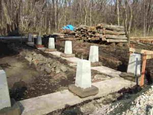束石の周りにコンクリート打設
