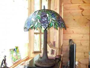 出窓に置かれたアンティークランプ