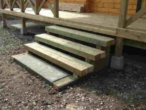 デッキの階段は土台材を使いました