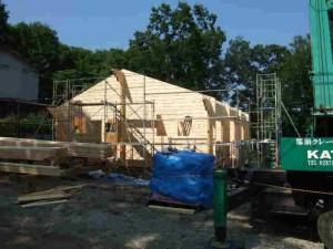 お昼過ぎに棟まで組み終わりました