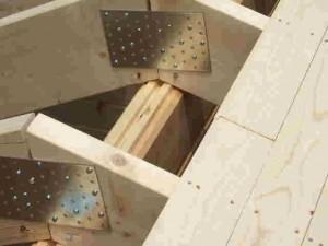 左右の垂木を留めるプレート
