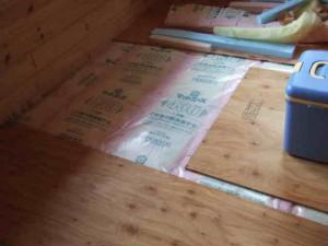 グラスウール充填後防湿シートカバー