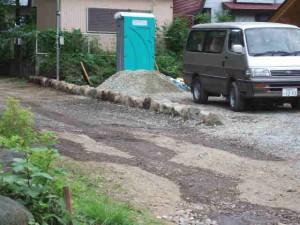 道路に沿って石を置きました
