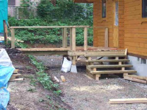 玄関アプローチは渡り橋と階段の2Way