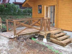 玄関アプローチ渡り橋と階段