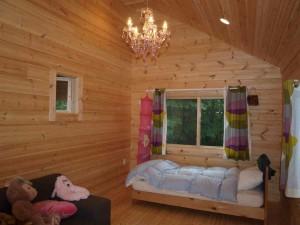 2階:娘さんの部屋 (シャンデリアは娘さんが選びました)