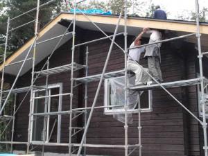 屋根工事の最中、軒天を張るKAさん