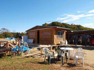 4日:増築部の屋根を支える梁を入、床板施工