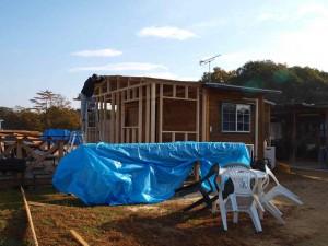 6日:妻壁部の柱と母屋・棟を施工