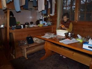 柿の皮を一生懸命剥く、母86歳